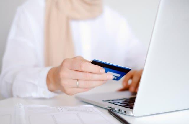 wat is een copywriter en hoeveel kost die - vrouw met creditcard
