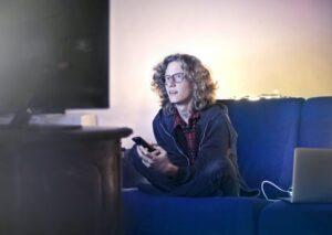 man die naar tv kijkt - blogs schrijven