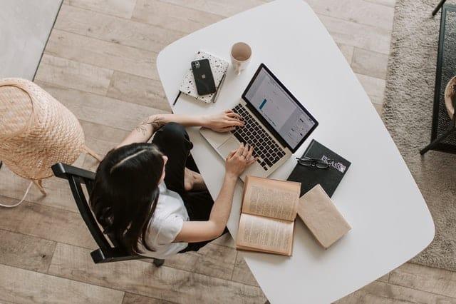 blogpakket - bovenaanzicht persoon op laptop