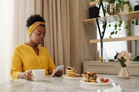 social media bedrijf - vrouw op gsm - Het Schrijfpaleis