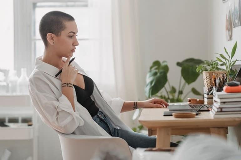 social media bedrijf - vrouw en laptop